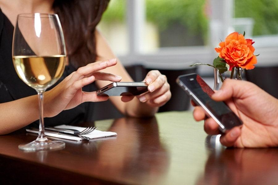 No al mobile nei ristoranti! Tu cosa ne pensi? | Emoe
